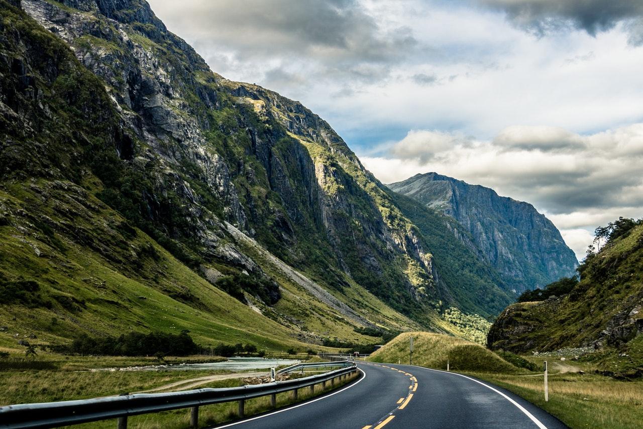 Flott norsk vei gjennom dalen