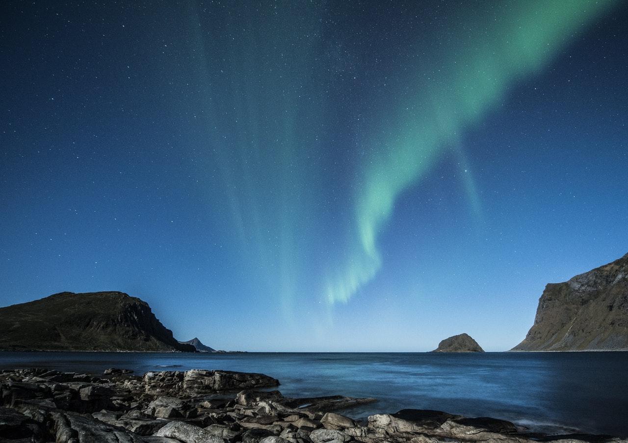 Nordlys over fjorden