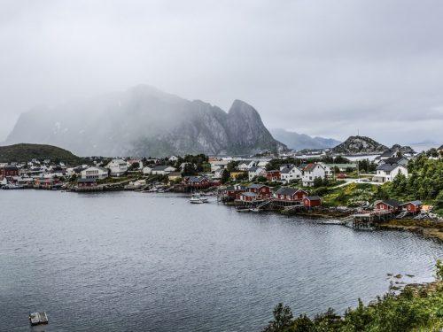 Kystby i tåke